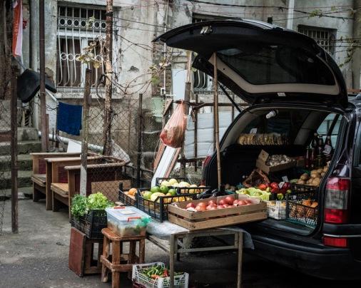 İşsizliğin yüksek olduğu mahallede bazıları çareyi meyve satmakta bulmuş.