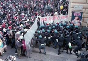 İtalya'da bir eylemde plexiglass kullanarak polisleri köşeye sıkıştıran eylemciler