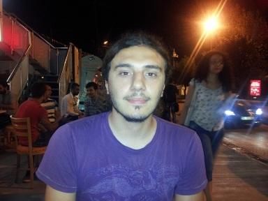 """Polis saldırısıyla 3 yerinden yaralanan Ercan Akkaya'nın bir de çağrısı var: """"Polis bana Pazartesi günü saat 19:30-19:50 arası bir saatte Mis Sokak'ta saldırdı. Orada bulunan halktan ve gazetecilerden ellerindeki görüntüleri savcılığa teslim edebilmem için ercn.akkaya@gmail.com adresine göndermelerini rica ediyorum""""."""
