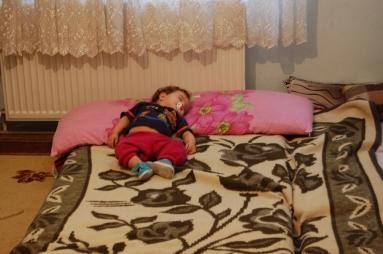 Bu bebeğin adı da Muhammed, ailesinin başka bir ülkeye kaçmasına neden olan savaştan habersiz, uyuyor.