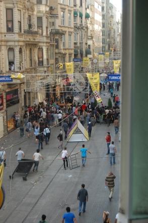 Galatasaray Meydanı'ndaki bir serginin demirleri sayesinde güzel bir barikat kurulmuştu.