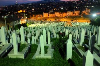 Yeni mezarlıklar kent merkezinden kenar mahallelere kadar uzanıyor. Savaşın ardından geriye kalan, öldürülmüş onbinlerce insan.