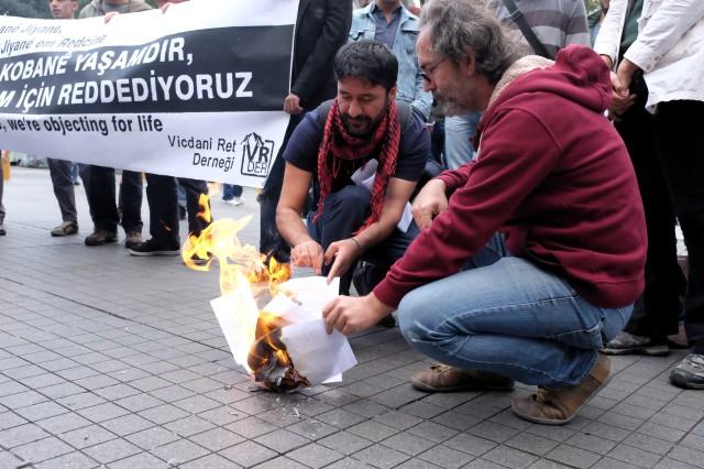 Türkiye'nin ilk vicdani retçilerinden 51 yaşındaki Vedat Zencir ve Ercan Aktaş, toplantının ardından Galatasaray Meydanı'nda Kobane direnişini destekleyen ret açıklamalarını okuduktan sonra kendilerine verilen GBT tutanaklarını yaktı