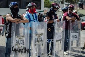 Her zaman kazanan polis olmuyor - Meksikalı eylemciler ele geçirdikleri kalkanlarla poz veriyor
