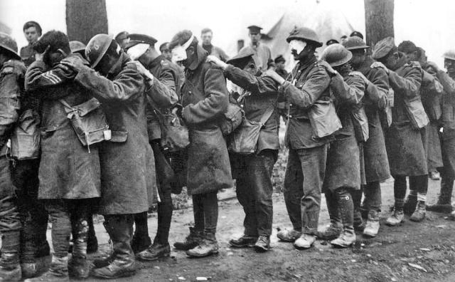 1. Dünya Savaşı'nda kullanılan gazlar gözleri yaşartmakla kalmıyor, kör de ediyordu. Fotoğraf 1918'de gaz nedeniyle kör olmuş Britanya askerlerini gösteriyor.