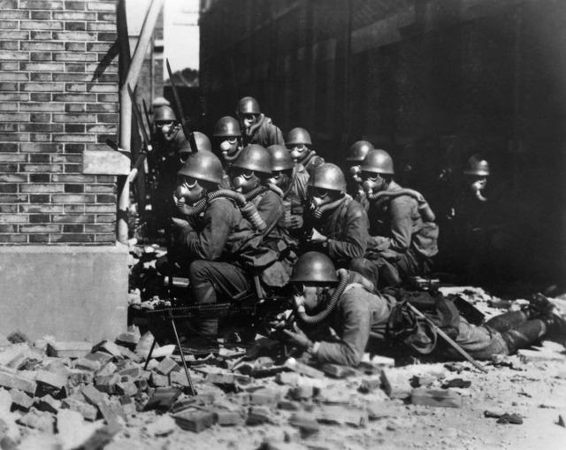 1937'de Çin'i işgal eden Japon askerleri Şanghay'da gaz maskeleriyle kendilerini korumaya çalışırken