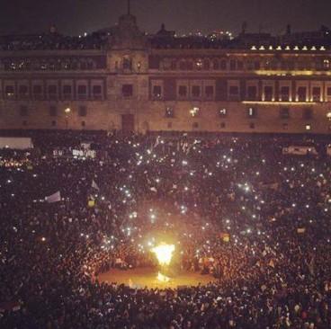20 Kasım'da başkent Meksiko'nun ana meydanı olan Zocalo'da toplanan on binlerce eylemci Meksika Başkanı Enrique Peña Nieto Piñata'nın maketini ateşe verdi ve istifasını talep etti