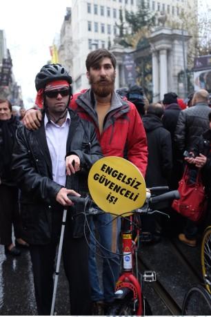 Mustafa İşçier, Engelsiz Pedal Derneği Başkanı Samet Aksuoğlu ile birlikte 30 Kasım Pazar günü Beyoğlu'nda 44 örgütün çağrısıyla düzenlenen engelli eyleminde.