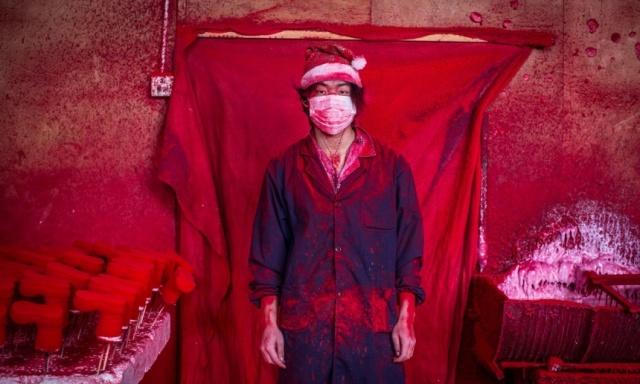 Noel Baba'nın atölyesi… 19 yaşındaki Wei, Çin'in Yiwu kasabasında kırmızı bir tozdan plastik kar taneleri yapıyor.