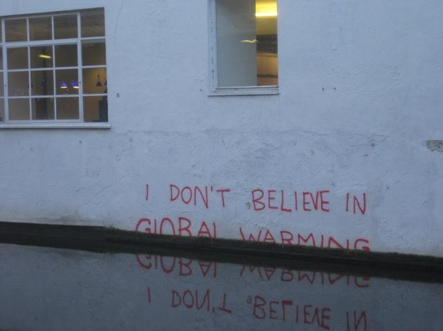 Duvarda bir yazı: Küresel ısınmaya inanmıyorum.