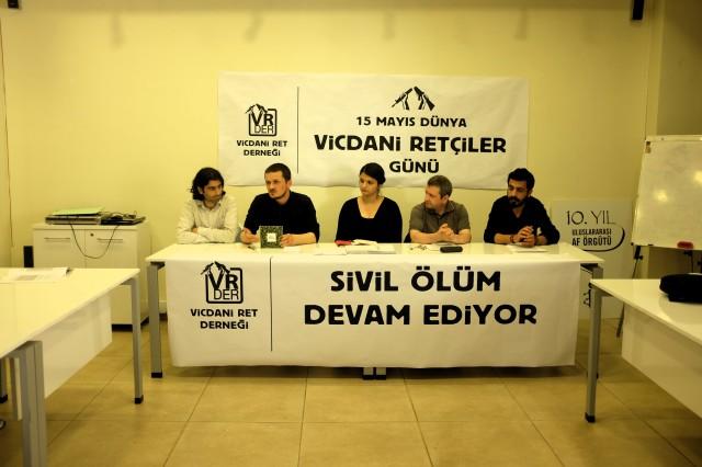 """Vicdani retçi Avukat Mehmet Ali Başaran, internet sitesine soruşturma başlatılan """"Askere gitmeyin"""" kitabı hakkında konuşurken."""