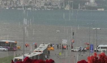Dün İstanbul'da yağan aşırı yağmur nedeniyle sel yaşandı, yurttaşlar kepçelerle selden kurtarıldı.